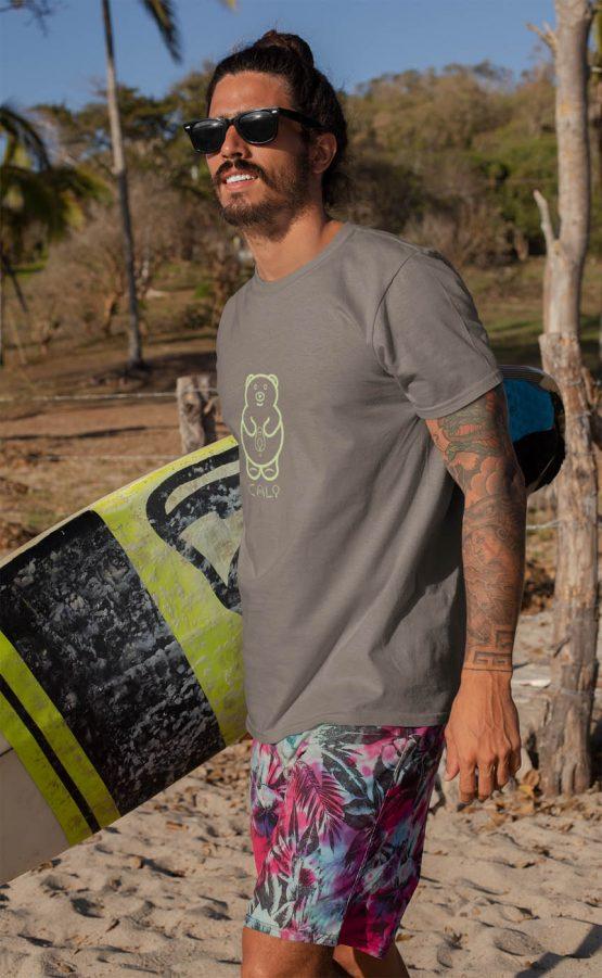 cali-avo-t-shirt-worn-by-a-a-tattooed-surfer-man-at-the-beach